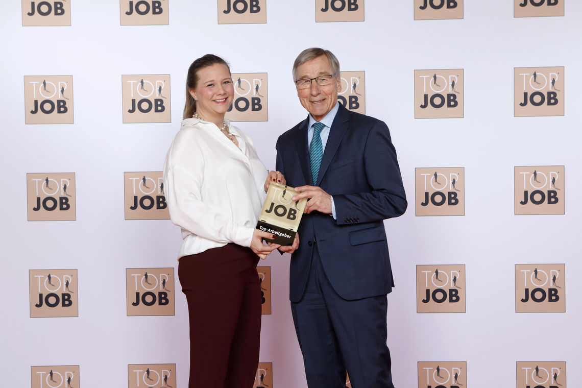 """GEZE CEO Sandra Alber accepts the """"Top Job"""" award as Top Employer from former Minister of Economic Affairs Wolfgang Clement"""