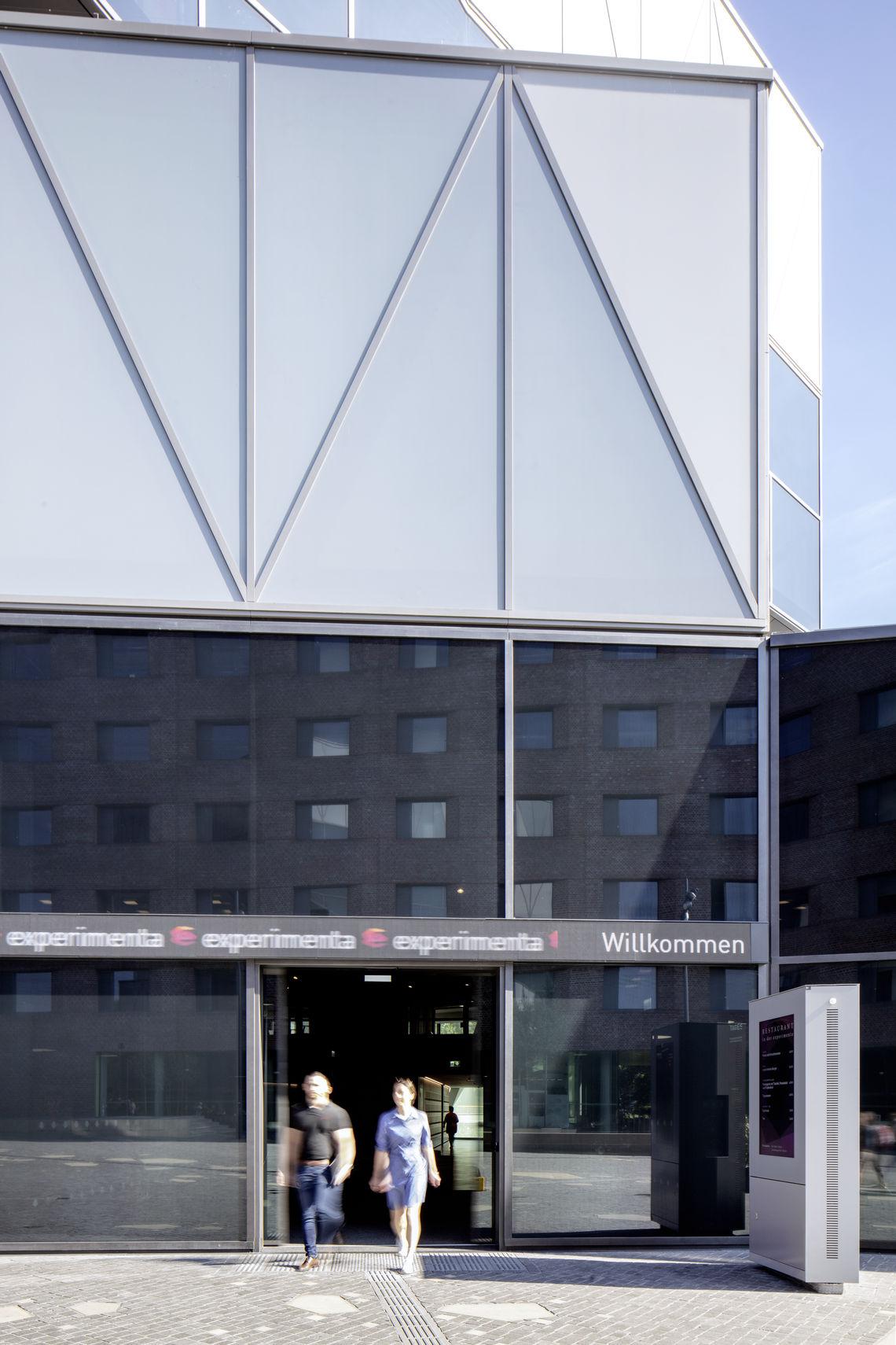 Des - سیستم های درب کشویی اتوماتیک در معماری تماشایی
