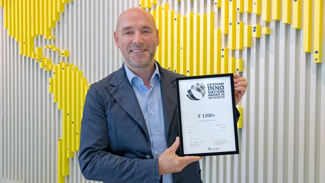 Sven Kuntschmann nimmt den German Innovation Award 2020 für den Fensterantrieb GEZE F 1200+ entgegen.
