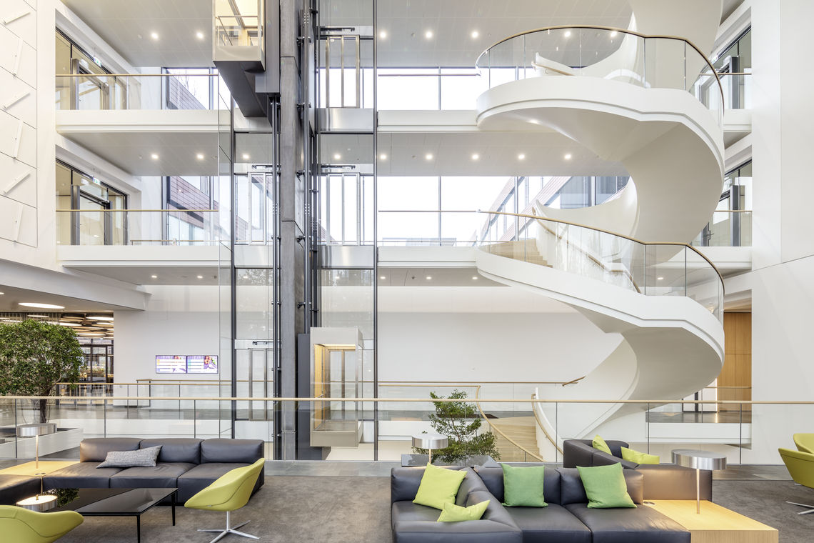 Detached spiral staircase in the IT campus foyer. Photo: Jürgen Pollak for GEZE GmbH