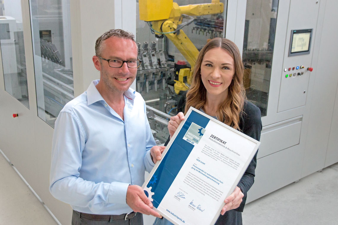 Marc Alber, GEZE Technology Director, and Jasmina Brenner, Production Planning Project Manager with the 'Industry Prize 2018' certificate. Photo: GEZE GmbH