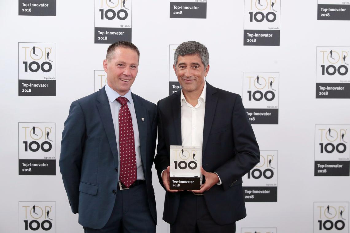 Die Auszeichnung der innovativsten Unternehmen Deutschlands: Der TOP 100-Mentor Ranga Yogeshwar überreicht die TOP 100-Innovator-Urkunde an den GEZE Geschäftsführer Entwicklung, Gerald Haas. Fotos Preisverleihung: KD Busch / compamedia