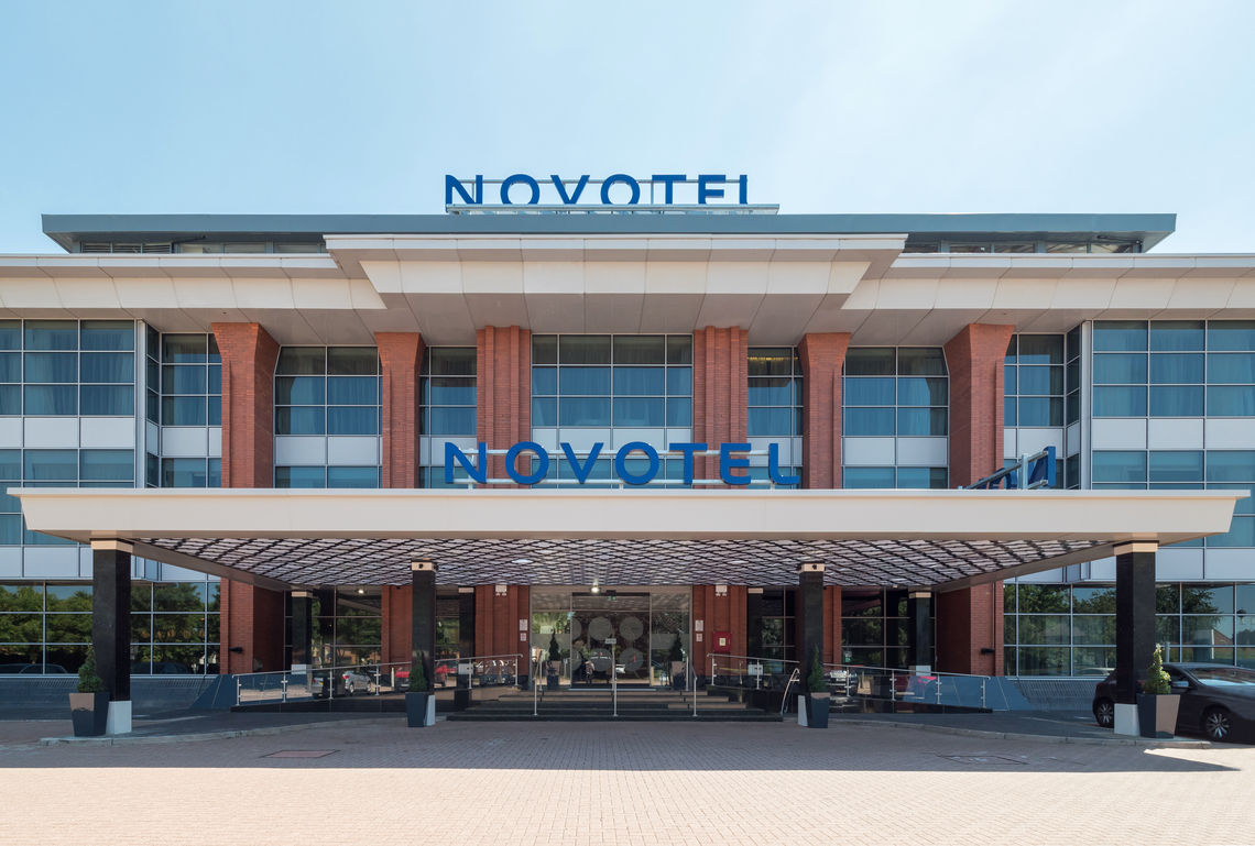 Sliding doors, door closers or glass partition wall systems: GEZE is turning the Novotel at Heathrow Airport into the new design flagship of the Nine Group, with a range of products.
