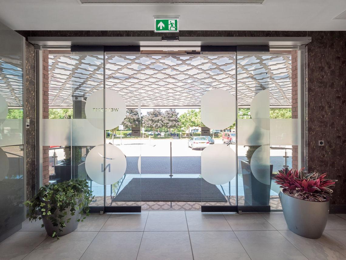 Проектування дверей перетворилось на досить складне завдання. Зрештою, планувальникам доводиться узгоджувати широкий спектр вимог. Який тип дверей відповідає вимогам вашого будівельного проєкту? Ми допоможемо вам скласти загальне уявлення.