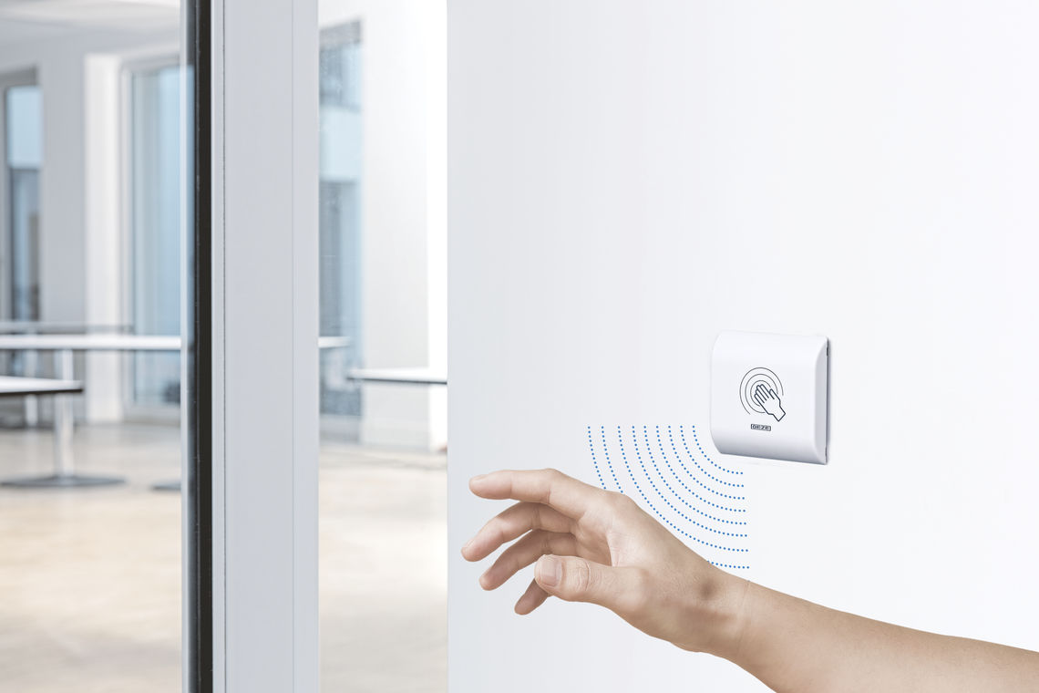 Non-contact proximity switches such as the GC 306 make it possible to control automatic doors without haptic perception, both indoors and outdoors. Such solutions are more hygienic and also offer added convenience for users.