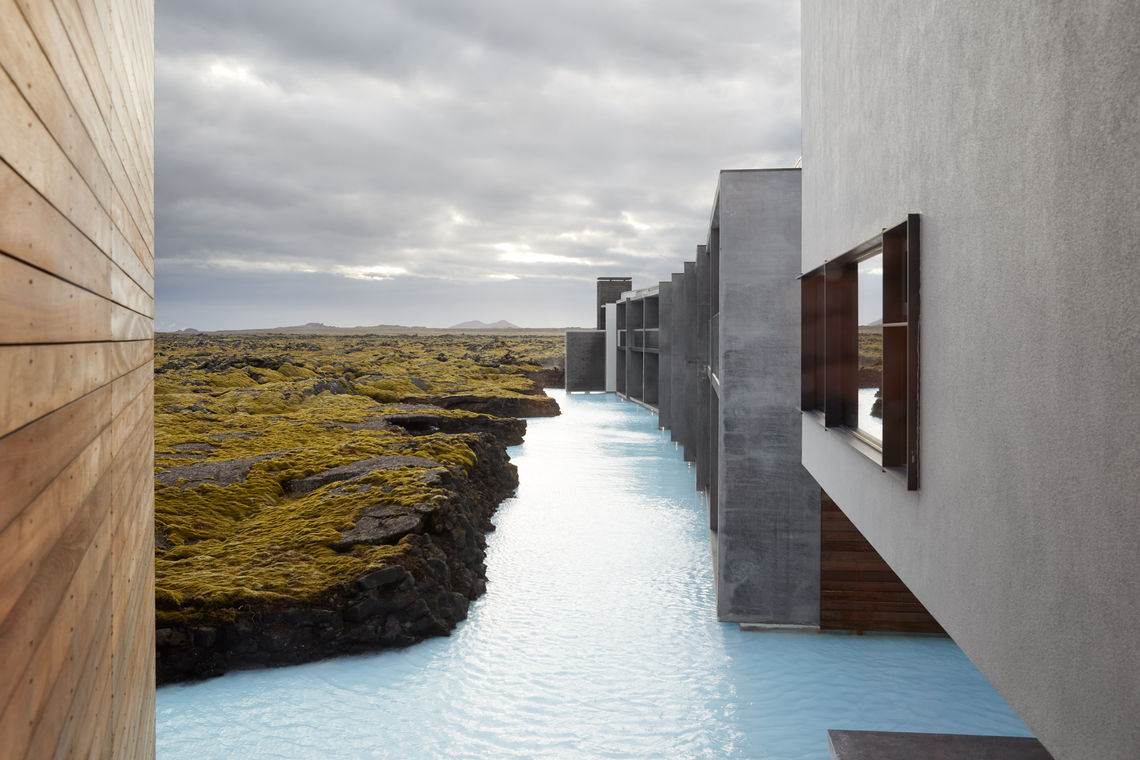 The Retreat Hotel aan de Blue Lagoon in IJsland is uitgerust met slimme deuroplossingen van GEZE. Alle deuren van dit luxueuze complex gaan nu rustig open en dicht met een vleugje elegantie.