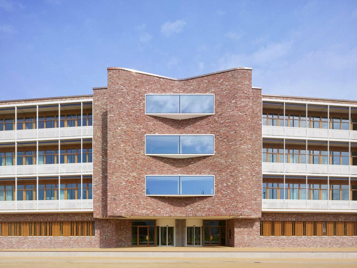Meer dan 300 deur- en raamsystemen, rook- en warmteafvoersystemen en veiligheidssystemen van GEZE zorgen voor modern comfort en gebouwveiligheid in het nieuwe hoofdkantoor van dm in Karlsruhe.