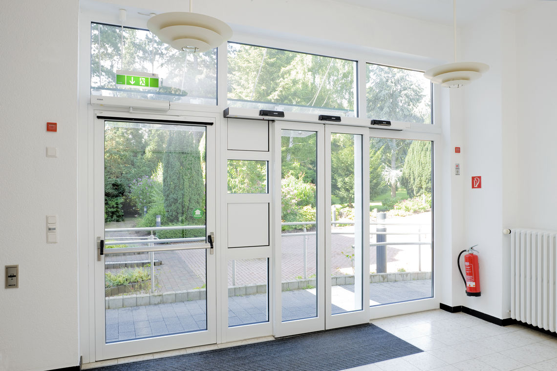 Emergency exits save lives and protect buildings. Safety requirements are demanding. System solutions from GEZE ensure optimum locking, control and opening of emergency exits.