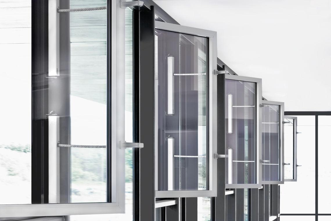Automatisierte Fenster zur Lüftung sind sehr komfortabel, erfordern aber Schutzmaßnahmen. Fensterabsicherungen sorgen für die notwendige Sicherheit.