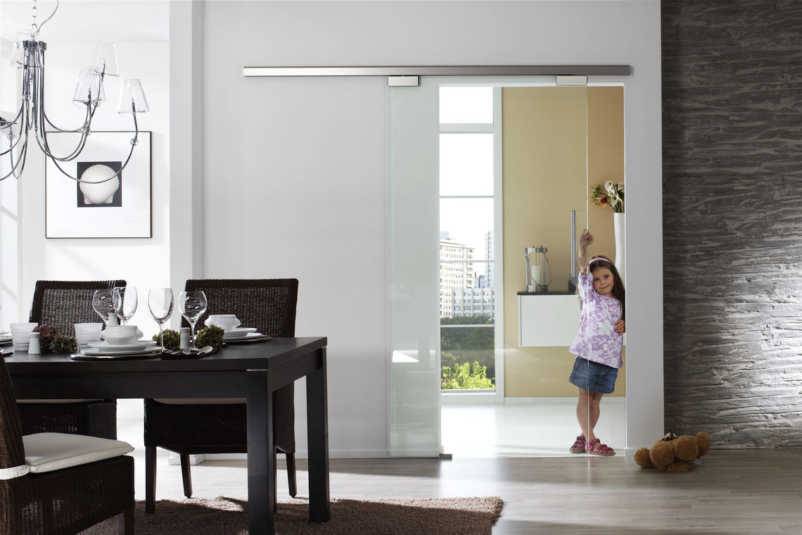 Glass plays a prominent role in modern interior design and partitioning, as it creates transparency and openness. Here, a manual sliding door system creates connection, light and generosity.