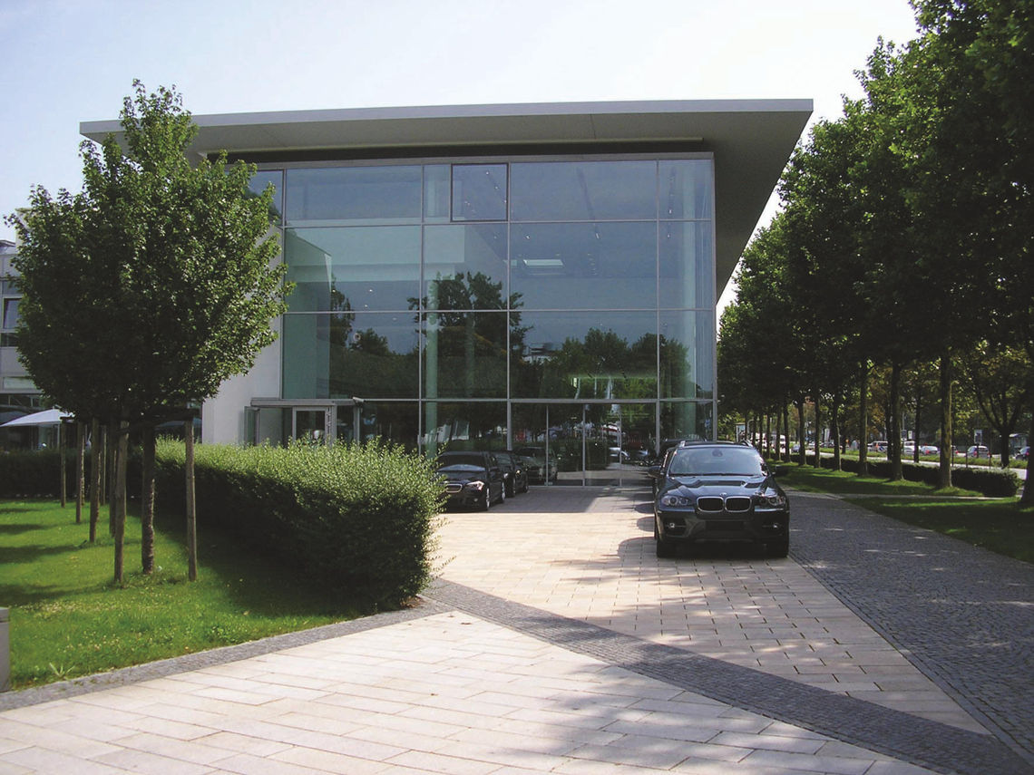 The glass façade of the BMW building enables optimal use of daylight.