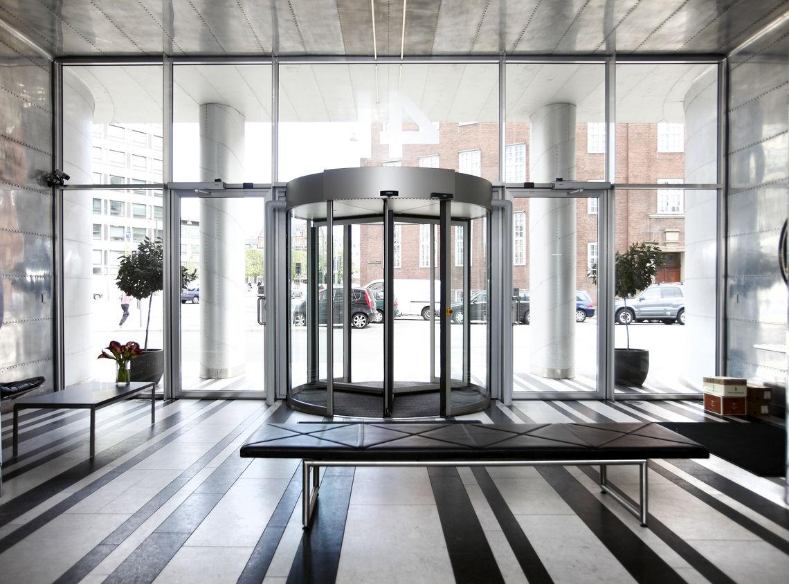 Er moet rekening worden gehouden met een breed scala van eisen bij het plannen van deuren. Hierdoor is het niet altijd duidelijk wat voor type deur de optimale oplossing is. Wij kunnen u helpen met deskundige deurplanning.