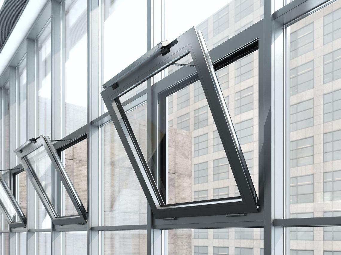 Vinduer kan pludseligt springe op i vinden eller lukke under rengøring. Der er også en risiko for indeklemning med automatisk betjente vinduer. GEZE leverer løsninger til disse farer.