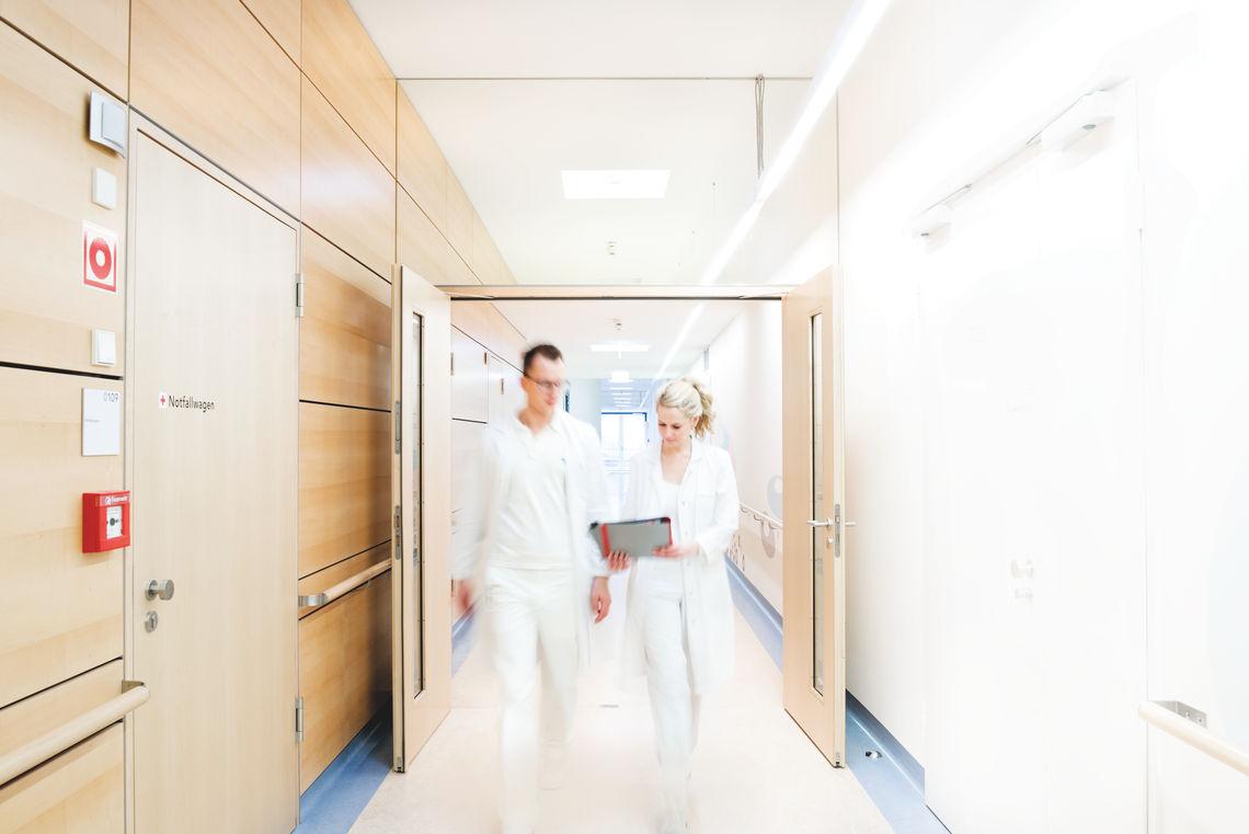 Türen machen Wege frei in Krankenhäusern, in Praxen und auch in Pflegeeinrichtungen.