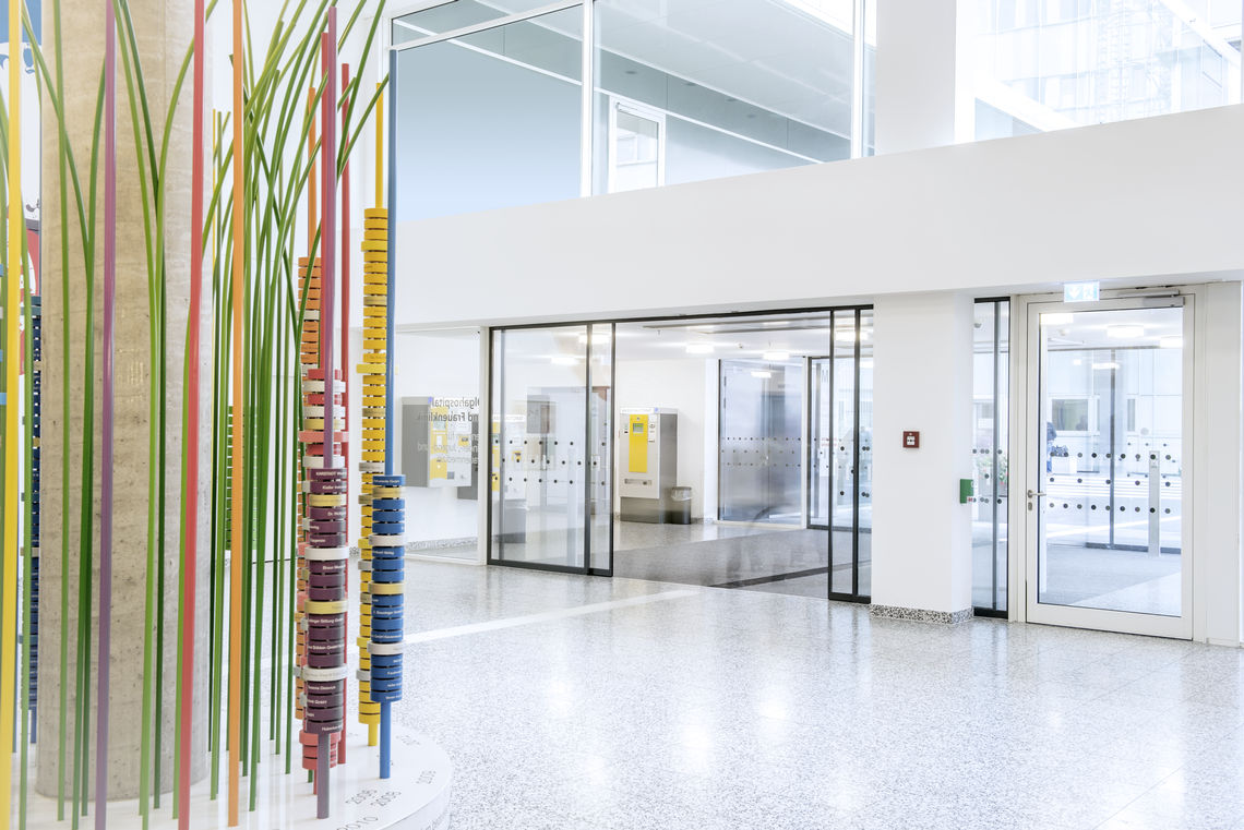 Accessibility and user convenience take priority in the Stuttgart city centre clinic. GEZE has implemented door systems and fire safety solutions in accordance with the contemporary interior design.