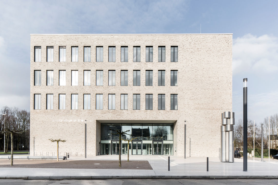 The new Gelsenkirchen judiciary centre captivates with its state-of-the-art design and sophisticated functionality. GEZE automatic doors contribute to convenience and safety in the building complex.