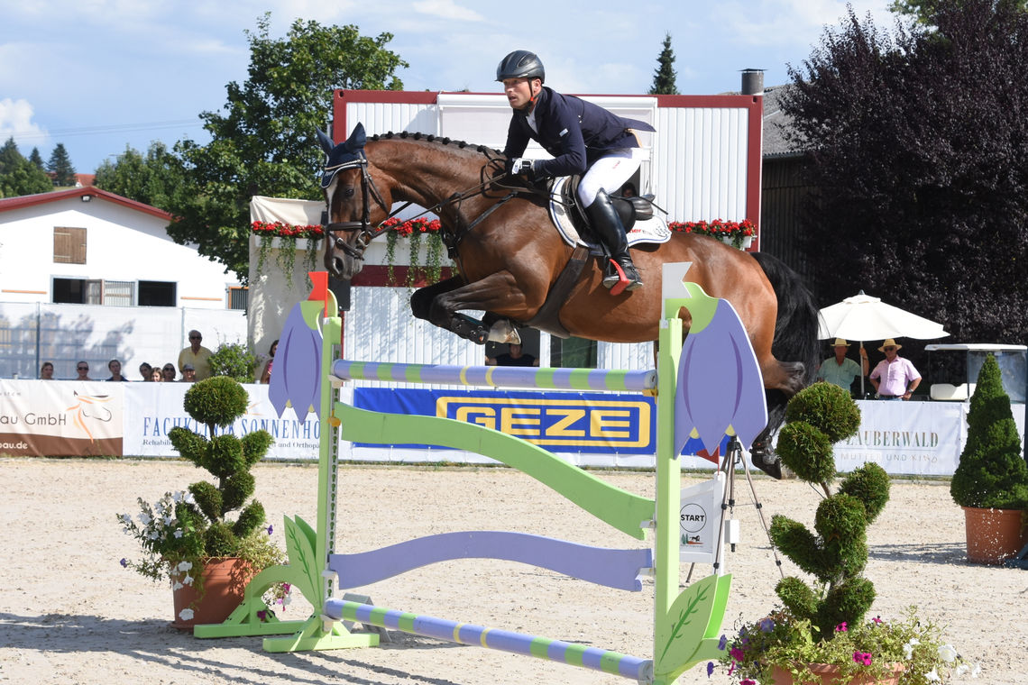 High-class showjumping at the summer tournament: GEZE GmbH has sponsored the Waldachtal Prize for many years now.