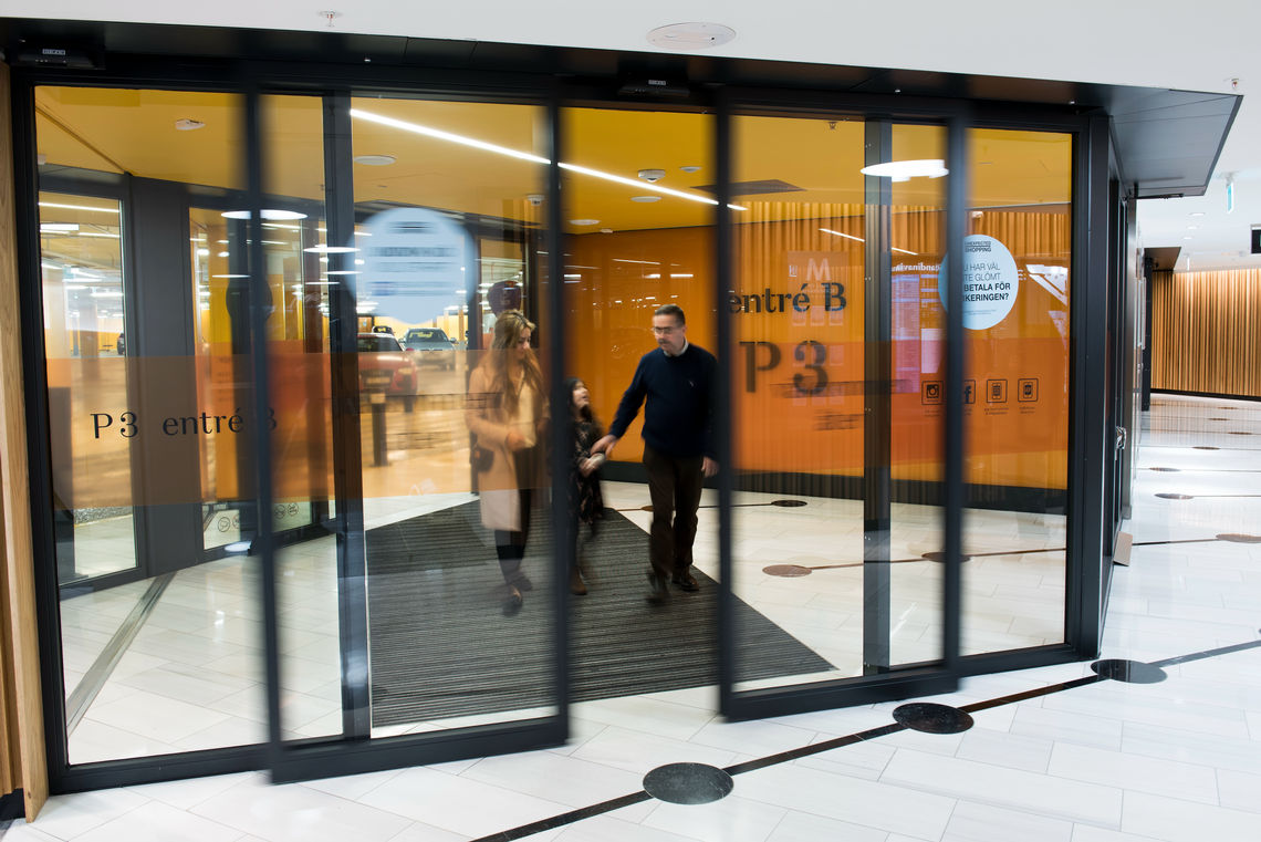 Unobtrusive appearance, superior functionality: automatic doors in the entrance to the parking level of the Mall of Scandinavia.