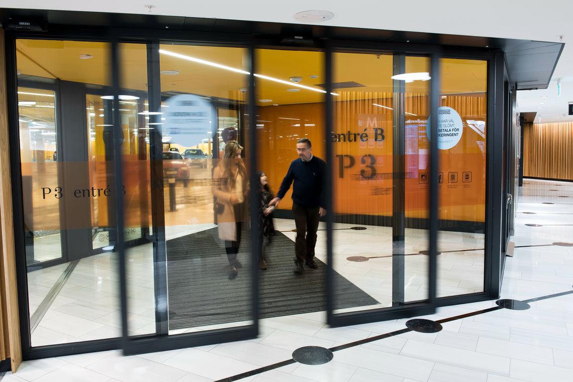 Onopvallende verschijning, superieure functionaliteit: automatische deuren in de entree van het parkeerniveau van de Mall of Scandinavia.