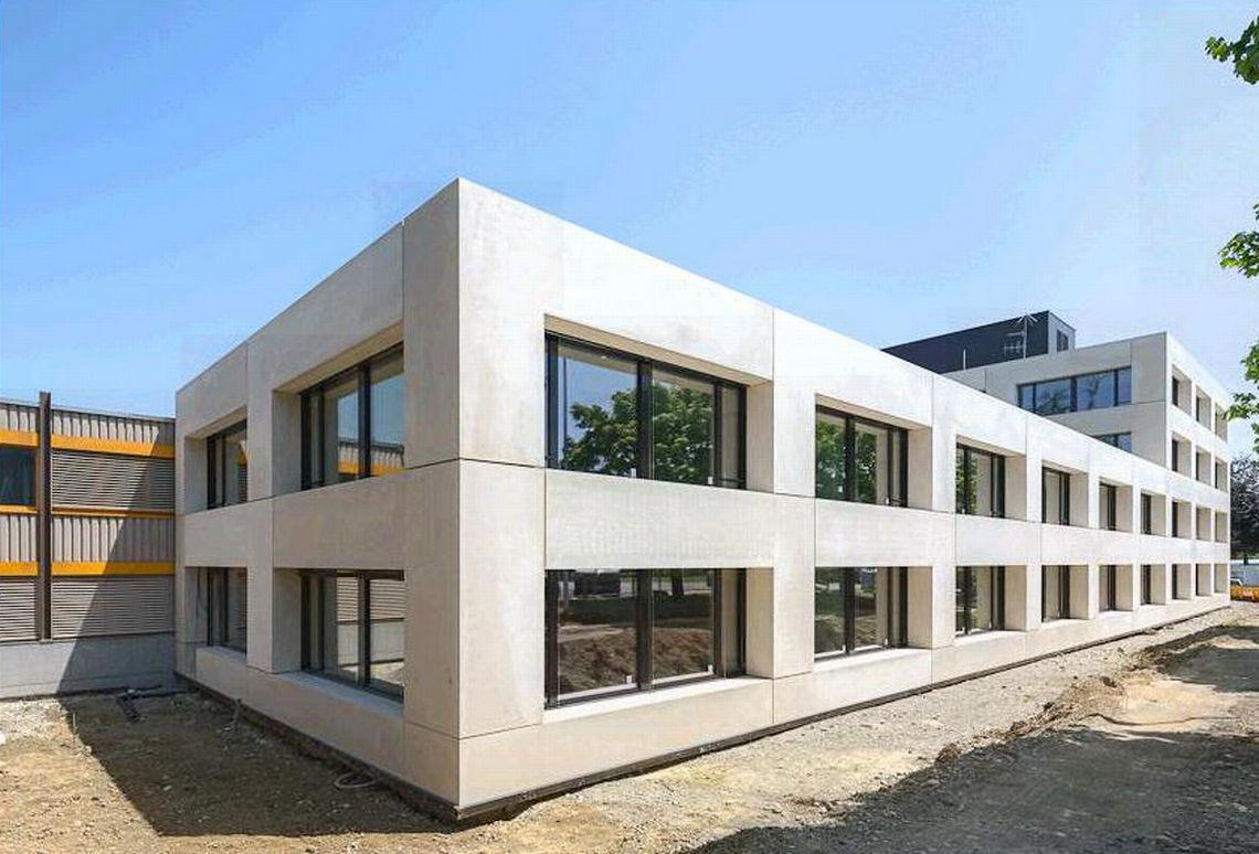 Os sistemas de porta de correr da GEZE aperfeiçoam o design limpo e moderno do novo edifício.