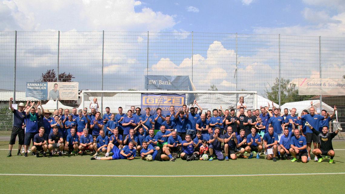 Der Elfmeter Cup Fussball Verbindet Menschen Geze Karriere