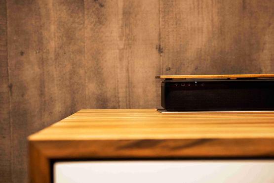 Dank des Kettenantrieb Slimchain fährt die Soundbar aus dem Sideboard heraus.