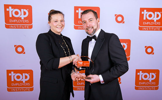 Sandra Alber nimmt den TOP Employer Award 2019 im Rahmen der Preisverleihung entgegen.