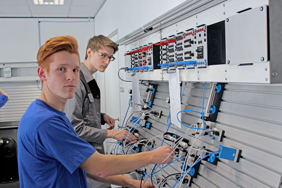 Practical exercises in the fundamentals of control technology.