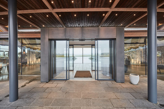 GEZE IGG integrated all-glass system in the entrance doors to the Great Northern Hotel.