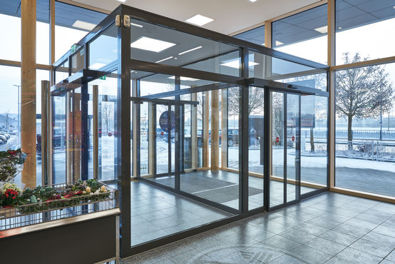 Fits perfectly into the generous glass front of the entrance area – the GEZE ECdrive T2.