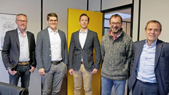 Reiste eigens zur Abschlusspräsentation an: Geschäftsführer Technik Marc Alber zusammen mit Lukas Rudolf, Philipp Stahlkopf, Thierry Scotto, Eugène, Philippe (v.l.n.r)