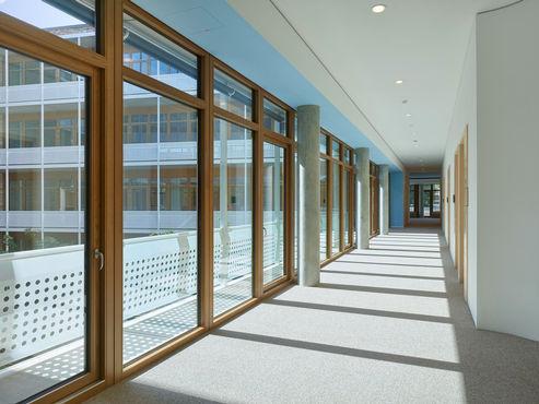 Innvendig utsikt over en korridor i dm-dialogicum, med dør- og vindussystemer fra GEZE.