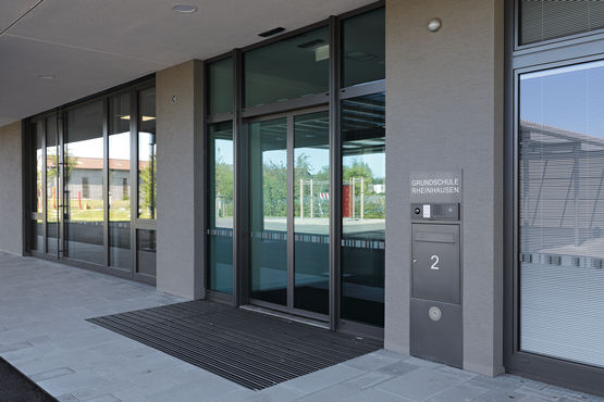 Entrance to Rheinhausen primary school, fitted with GEZE Slimdrive sliding door system for escape and rescue routes plus GEZE INAC access control system with RFID reader designed by Siedle.