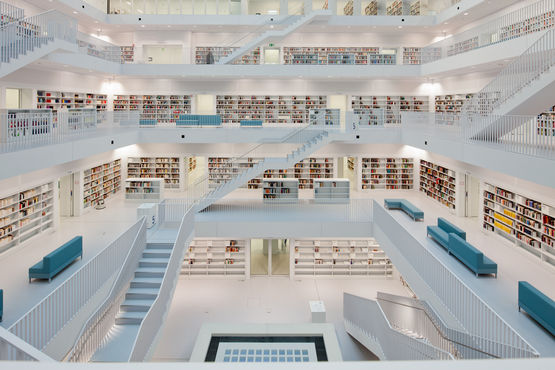 View of the reading gallery and fanlight in the Stuttgart public library. Photo: Lazaros Filoglou for GEZE GmbH