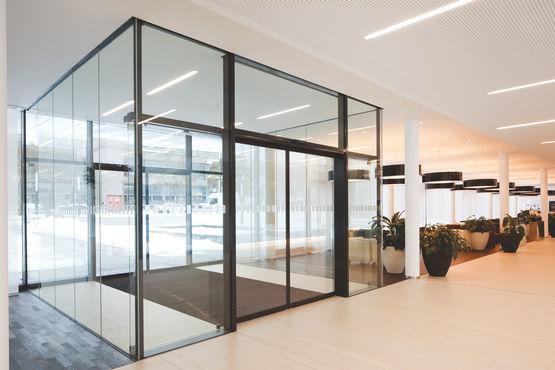 Vestibule met automatische glazen schuifdeuren (foto: Dirk Wilhelmy voor GEZE GmbH)