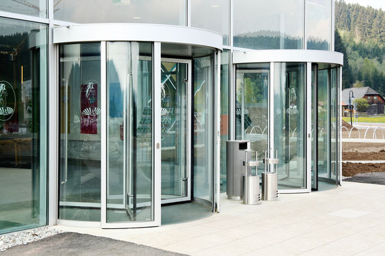 Revolving doors ensure the glass façade remains open.