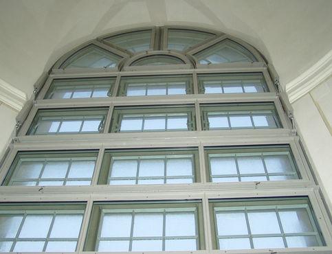 Félköríves ablak füst- és hőelvezető rendszerrel a Nagyboldogasszony templomban. Fénykép: MM Fotowerbung a GEZE GmbH megbízásából