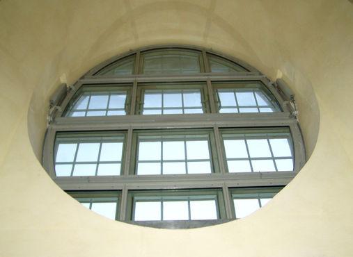 Rundes Barockfenster mit RWA-Anlage in der Dresdner Frauenkirche.