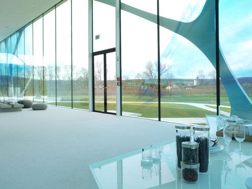 Porta de vidro inteiro de duas folhas no Leonardo Glass Cube, vista interior. Foto: MM Fotowerbung para a GEZE GmbH
