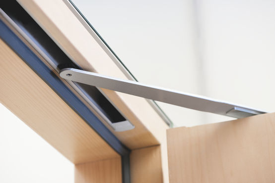 Close-up of the Boxer E-ISM-EFS free swing door closer