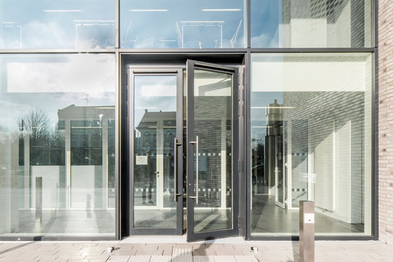 Judiciary centre with double-leaf automatic door. Photo: Annika Feuss for GEZE GmbH