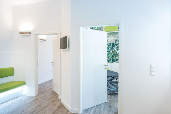 Room doors at the BEHANDELBAR 3.0 physiotherapy practice. Photo: Jürgen Pollak for GEZE GmbH