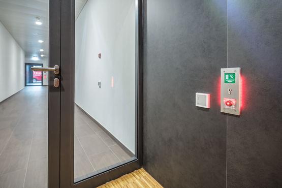 Acil çıkış yollarındaki yangından koruma kapıları için akıllı sistem çözümleri