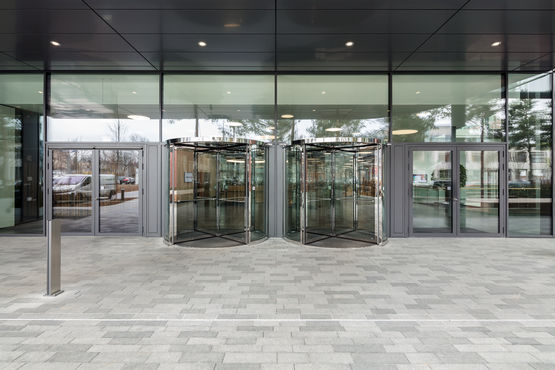 Revolving doors in the entrance area of the Vector IT campus. Photo: Jürgen Pollak for GEZE GmbH