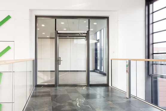 Single-leaf glass swing door in fire safety design. Photo: Jürgen Pollak for GEZE GmbH