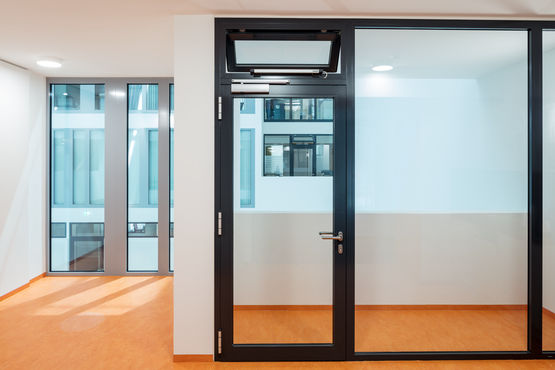 Durch Türschließer schließen Türen automatisch.