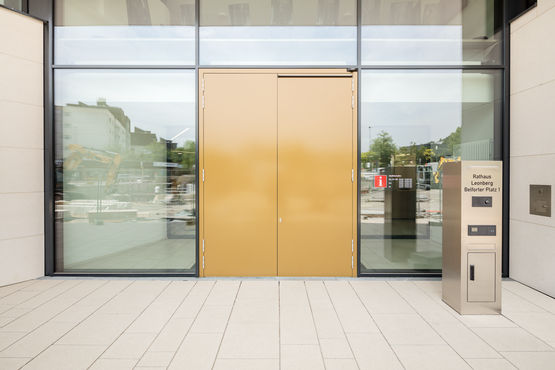 GEZE swing door systems combine fire safety and accessibility in the entrance area. Photo: Jürgen Pollak for GEZE GmbH