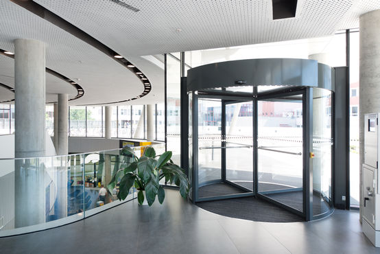 Automatic revolving door systems from the TSA 325 NT range in the ÖAMTC Mobility Centre in Vienna. Photo: Sigrid Rauchdobler for GEZE GmbH