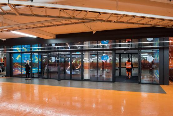 Overal in het winkelcentrum: royaal gebruiksgemak, dankzij glazen schuifdeursystemen.