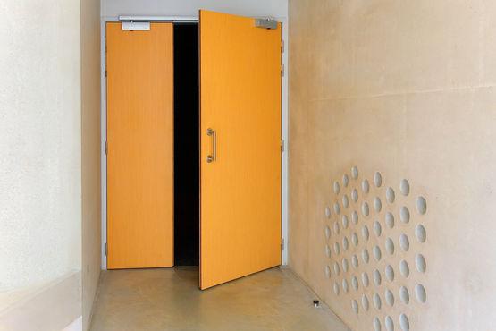 Eingang zum Lernparcours über eine manuelle asymmetrisch geteilte Brandschutztür. Foto: Jean-Luc Kokel für GEZE GmbH